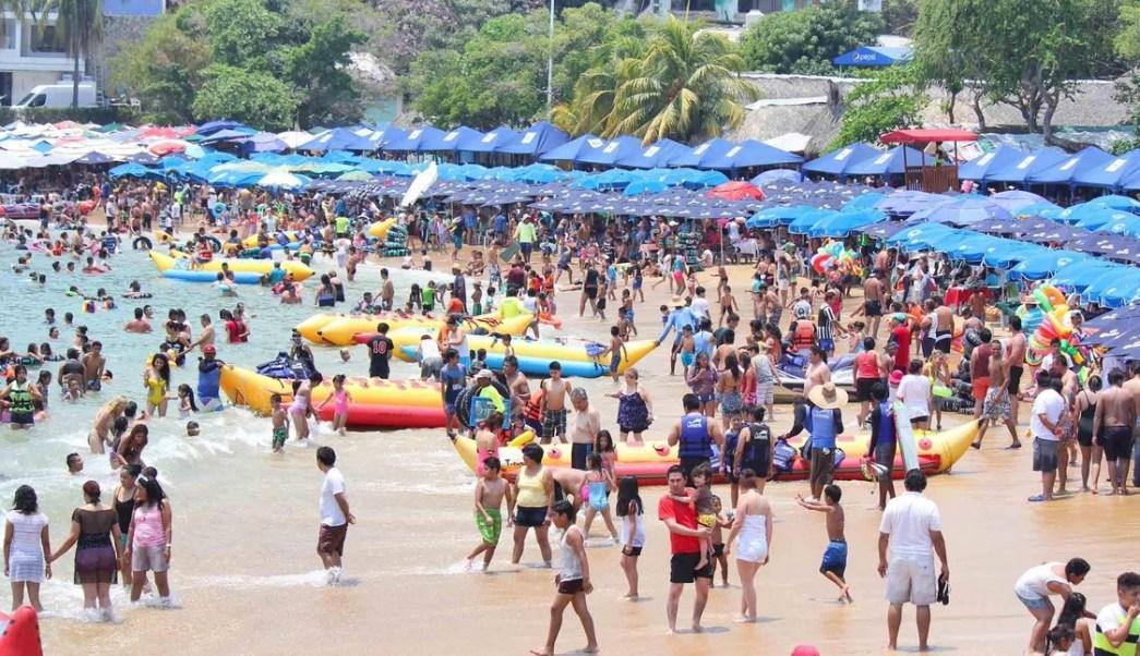 En estas vacaciones las playas más concurridas son las de la bahía, pero también Revolcadero en la zona Diamante. (Twitter @AcapulcoGob)