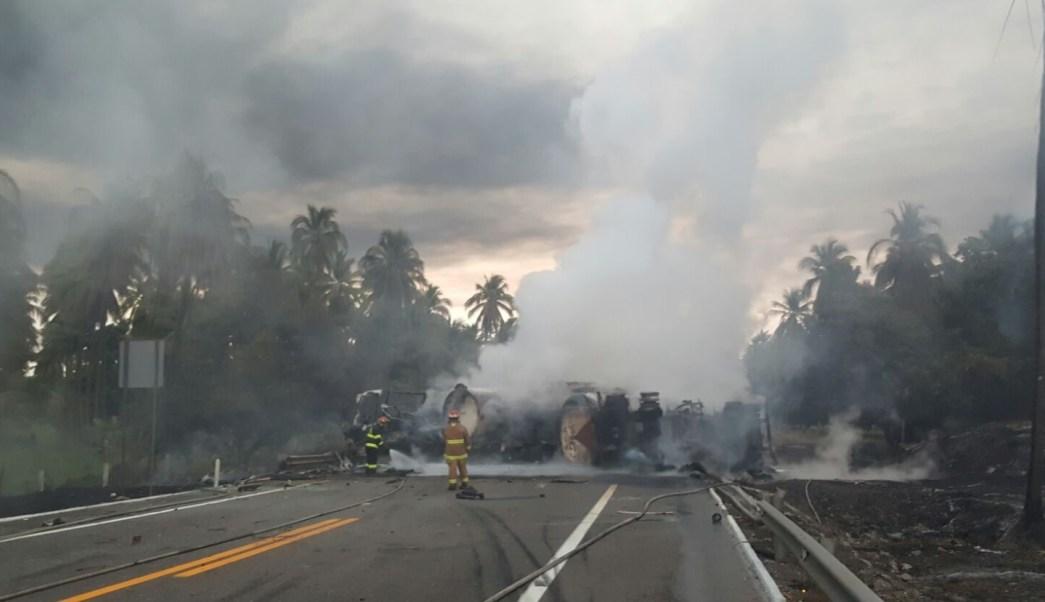 El accidente entre un autobús de pasajeros y una pipa que transportaba combustible en la Autopista Siglo XXI dejó un saldo de 24 muertos y nueve lesionados. (Notimex)