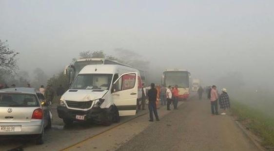 Policía Federal informó que las causas del accidente fueron la fuerte neblina, el piso mojado y el exceso de velocidad. (Noticieros Televisa)