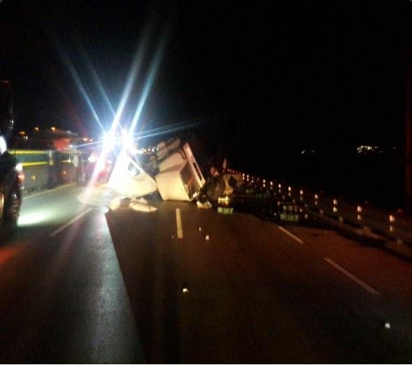 Tráiler se accidenta sobre la autopista México-Puebla, con dirección a la CDMX (Twitter @PoliciaFedMx)