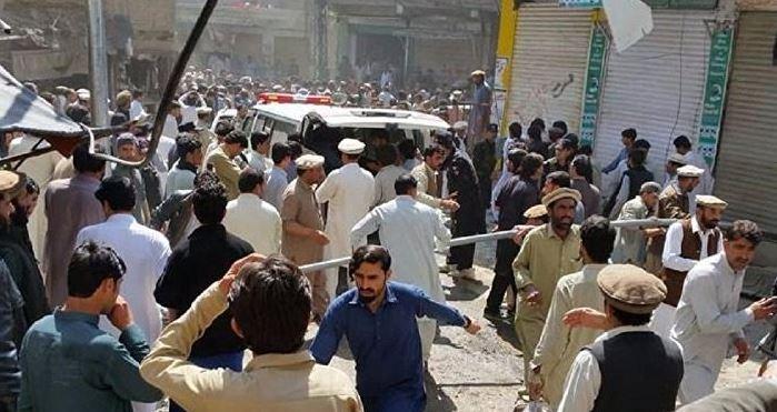 Un curandero, supuestamente perturbado mentalmente, acuchilla a 20 personas en un templo sufí en el centro de Pakistán; autoridades creen que el atacante drogó a sus víctimas antes de asesinarlas. (Twitter@WeForNews)