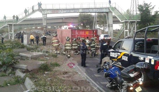 Vuelca tráiler en Acueducto de Guadalupe; no hay personas lesionadas. (Twitter/@OVIALCDMX)