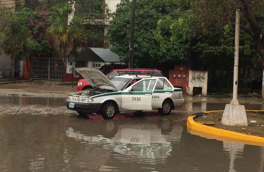 El mal tiempo afectó a otros destinos de la zona norte de Quintana Roo como Playa del Carmen, Isla Mujeres y Cozumel, donde también cayó un aguacero acompañado de una tormenta eléctrica. (Twitter@GibranValdez)
