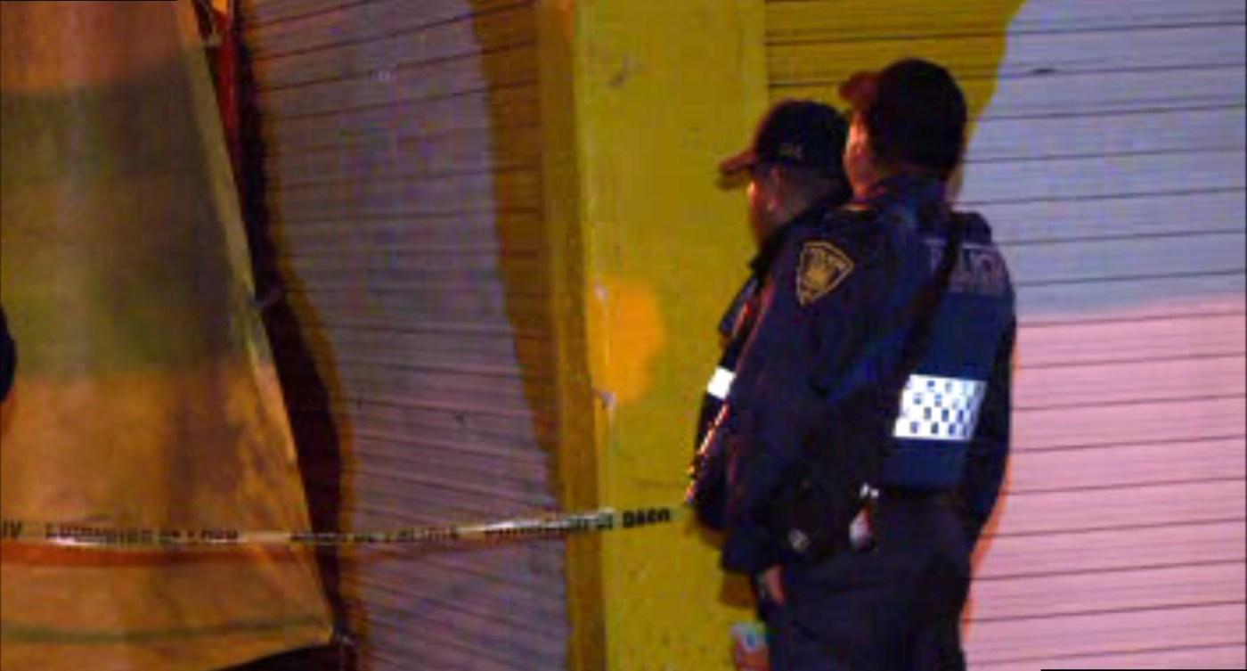 Policías resguardan la zona donde fue encontrado una persona ahorcada, en las inmediaciones del metro Moctezuma (Noticieros Televisa)