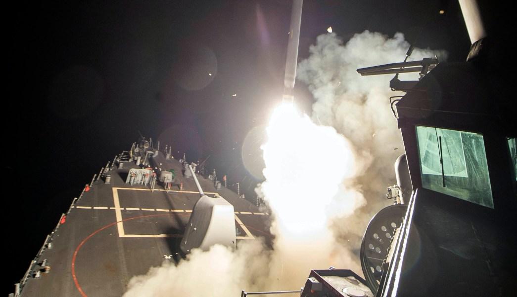 Imagen proporcionada por la Marina de los Estados Unidos en donde se ve el lanzamiento de un misil Tomahawk desde el mar Mediterráneo. (AP)