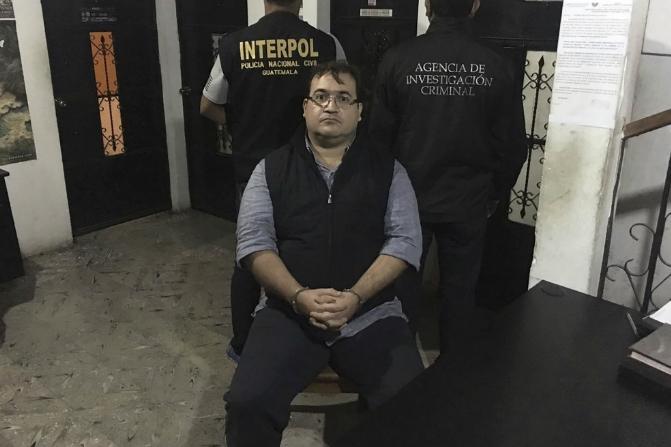 El exgobernador de Veracruz, Javier Duarte, escoltado por agentes de la Interpol en Guatemala (AP)