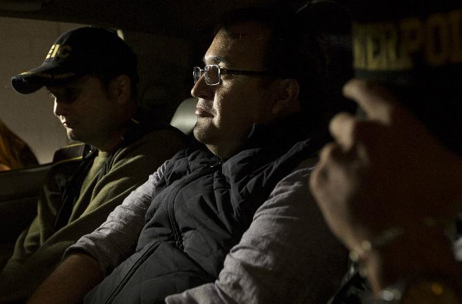 El exgobernador de Veracruz, Javier Duarte, es escoltado por agentes de la Interpol dentro de un coche de la policía a su llegada a la ciudad de Guatemala (AP)