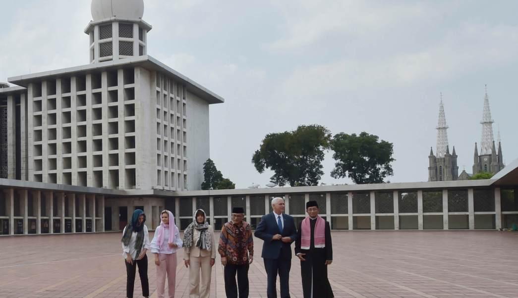 El vicepresidente estadounidense Mike Pence (2d) se prepara para posar para una foto con, de izquierda a derecha, sus hijas Audrey y Charlotte, su esposa Karen, el presidente de la mezquita Istiqlal, Muhammad Muzammil Basyuni, y el gran imán de la mezquita Nasaruddin Umar. (AP)