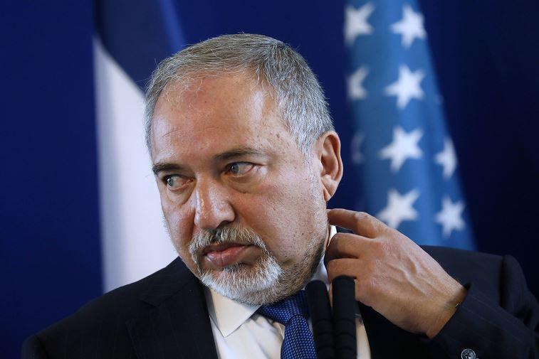 El ministro de Defensa israelí, Avigdor Lieberman, escucha durante una conferencia de prensa conjunta con el secretario de Defensa estadounidense, James Mattis, en el Ministerio de Defensa en Tel Aviv, Israel. (AP)