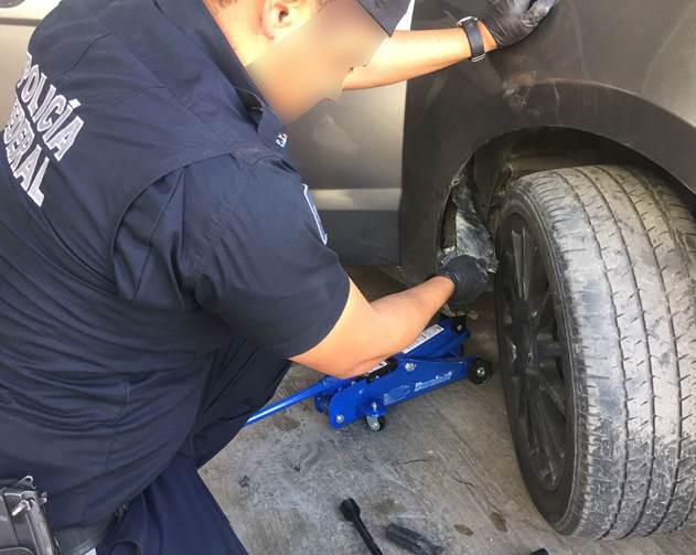Aseguran droga sintética oculta en el estribo de un auto en Sonora. (CNS-PF)