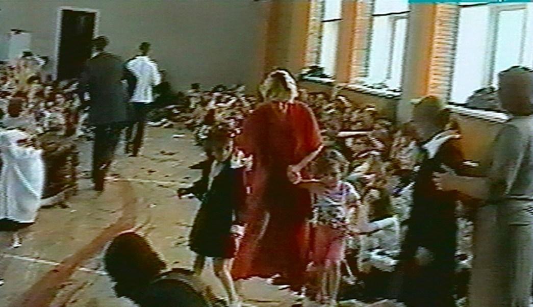 Víctimas de una toma de rehenes en una escuela de Beslán en 2004. (AP)