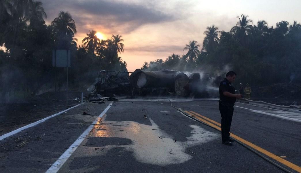 Rescatistas laboran tras el choque entre un autobús de pasajeros y una pipa cargada con gasolina en la Autopista Siglo XXI. (Notimex)