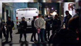 Autoridades capitalinas resguardan el área donde fue asesinada una persona, en la delegación Coyoacán (Noticieros Televisa)