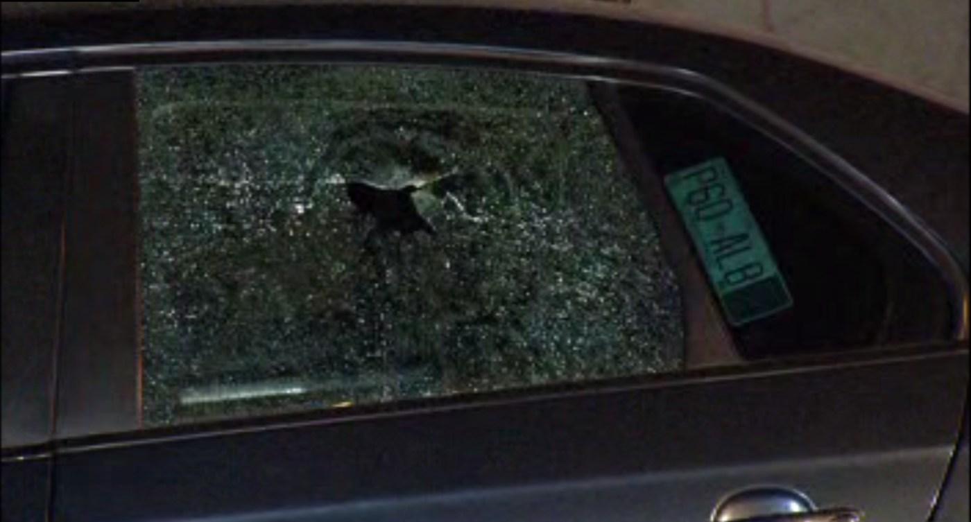 Disparo en un cristal de un auto sobre la calle Jardineros de la colonia Morelos; cuatro personas son heridas de bala (Noticieros Televisa)