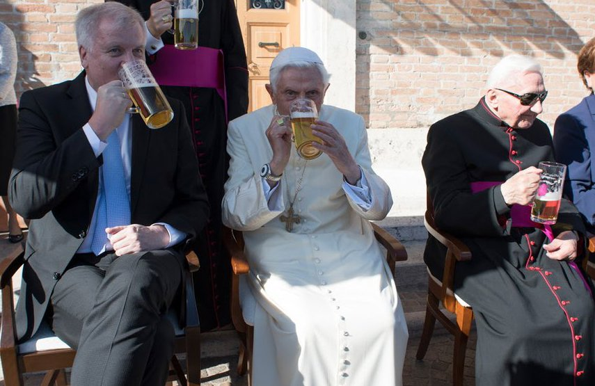 Benedicto XVI festejó con su familia su cumpleaños 90.