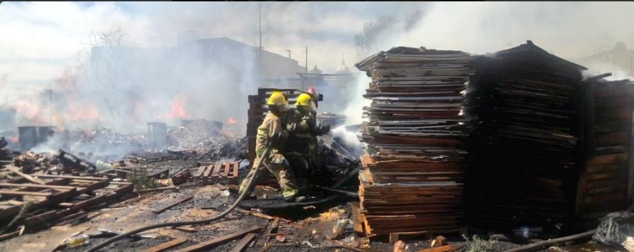 Bomberos de zapopan controlan incendio dentro de bodega