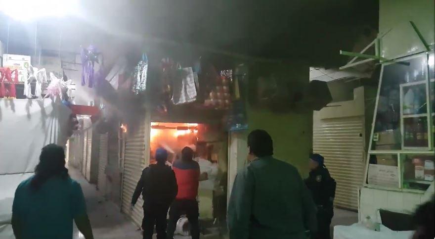 Bomberos y personal de Protección Civil de la CDMX sofocan incendio en Xochimilco. (Twitter @DelegacionXochi)