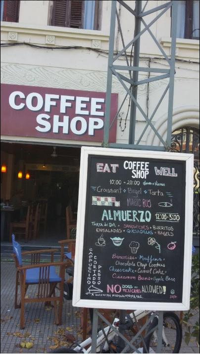 Letrero de la cafetería en Montevideo que contiene la leyenda en inglés 'No se admiten perros ni mexicanos' (Twitter, @RodrigoArim1)