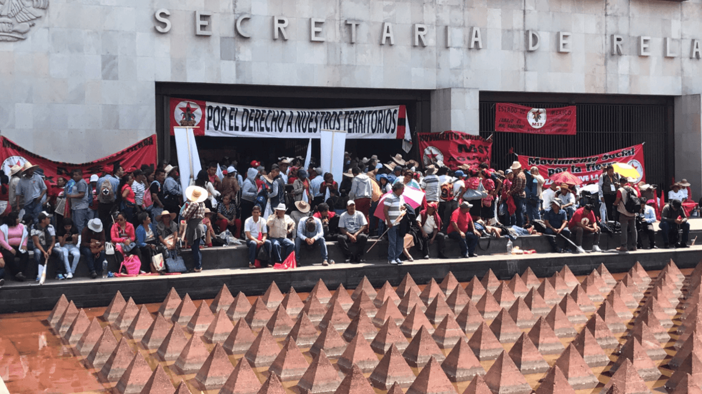 Campesinos ingresan a la Cancillería. (@PMRENE)