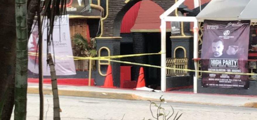 El suceso tuvo lugar frente al bar Santino, donde falleció a disparos un hombre que se encontraba dentro de un taxi (Twitter/@Noticaribe)El suceso tuvo lugar frente al bar Santino, donde falleció a disparos un hombre que se encontraba dentro de un taxi (Twitter/@Noticaribe)