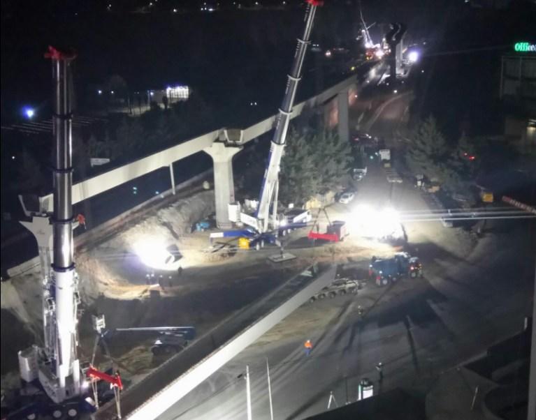 Estructura del tren interurbano México-Toluca es montada durante la noche de este jueves (Twitter @SOBSECDMX)