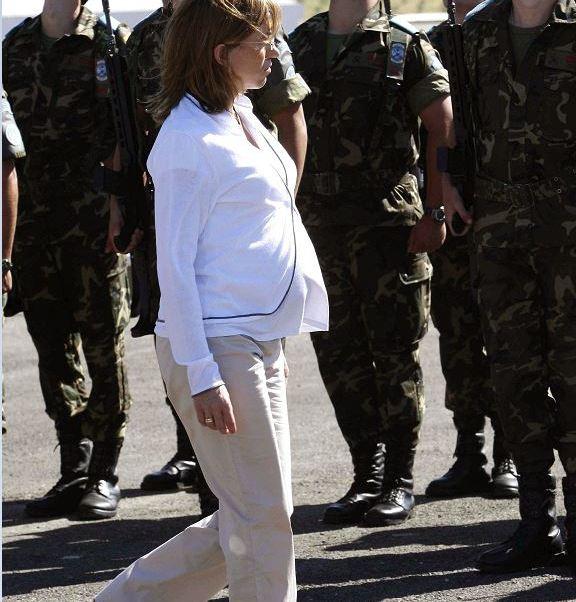 Las imágenes de Chacón pasando revista a las tropas en avanzado estado de gestación se convirtieron en el símbolo de una nueva era en la política española. (EFE, archivo)
