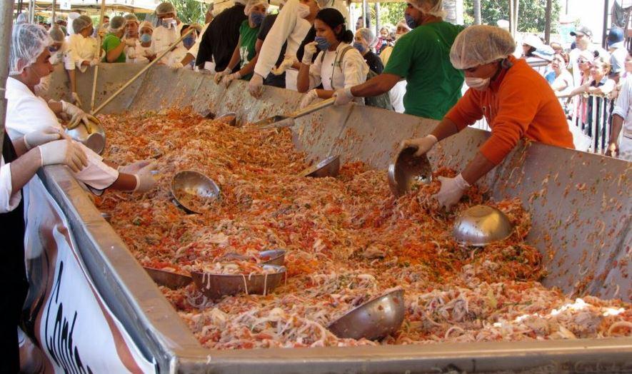 Se calcula que más de tres mil personas hicieron fila para degustar el ceviche (Twitter/@AFmedios)