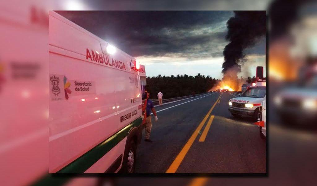 Autobús choca con una pipa en el kilómetro 300 de la Autopista Siglo XXI. (Twitter/@luismiguelbaraa)