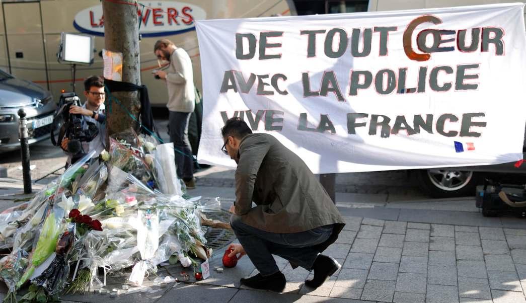 Cientos de personas dejaron flores y veladoras en la calle de Campos Elíseos donde murió el policía francés Xavier Jugele.