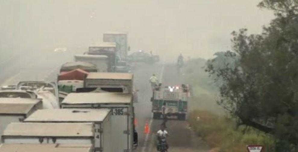 Cierran autopista de Veracruz por incendio de pastizales (Noticieros Televisa)