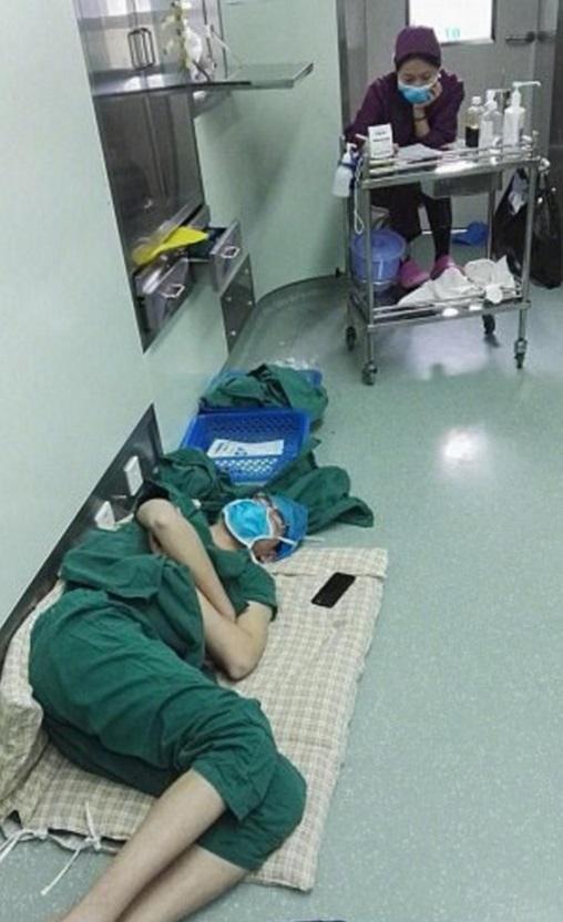 Las imágenes fueron tomadas el 30 de marzo en un hospital en el condado de Dingyuan, en la provincia china de Anhui (Foto: dailymail.co.uk)