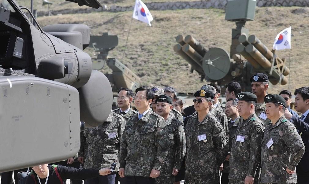 El presidente en funciones surcoreano, Hwang Kyo-ahn, inspecciona varias piezas de artillería durante unas maniobras en Phocheon (EFE)