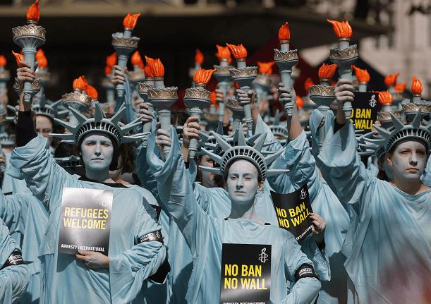 Decenas de activistas de Amnistía Internacional protestan contra Trump en la capital británica. (AP)