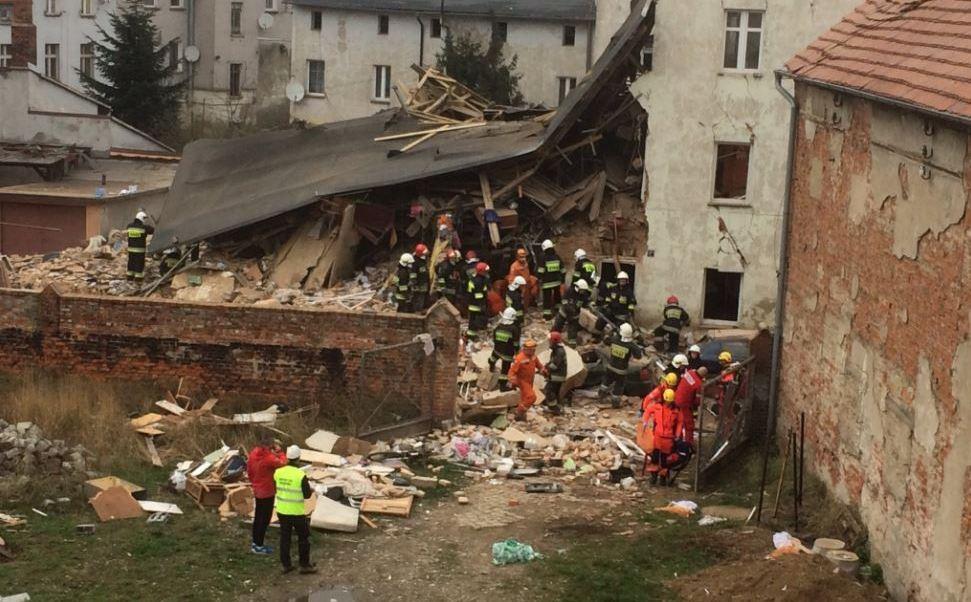 Tres personas murieron al derrumbarse un edificio de viviendas en Swiebodzice, suroeste de Polonia. (@BreakingIEN)