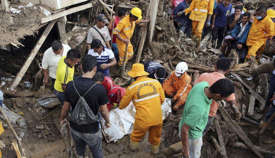 Bomberos y rescatistas buscan a desaparecidos tras avalancha de dejó destruida la ciudad de Mocoa, Colombia (AP)
