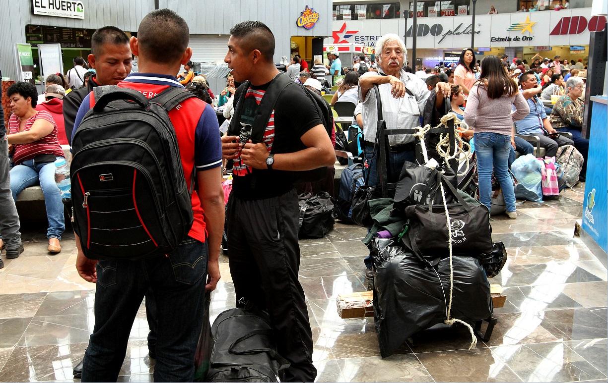 Jóvenes aguardan en terminal de autobús de la Ciudad de México (NTX)