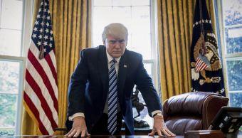 El presidente Donald Trump posa para un retrato en la Oficina Oval en Washington. (AP)
