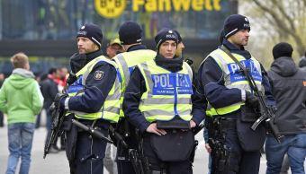 Policía resguarda seguridad en partido del Borussia Dortmund. (AP)
