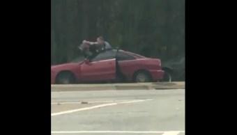 Dos policías golpean y pisotean a una persona que fue detenida porque su vehículo no tenía placas.