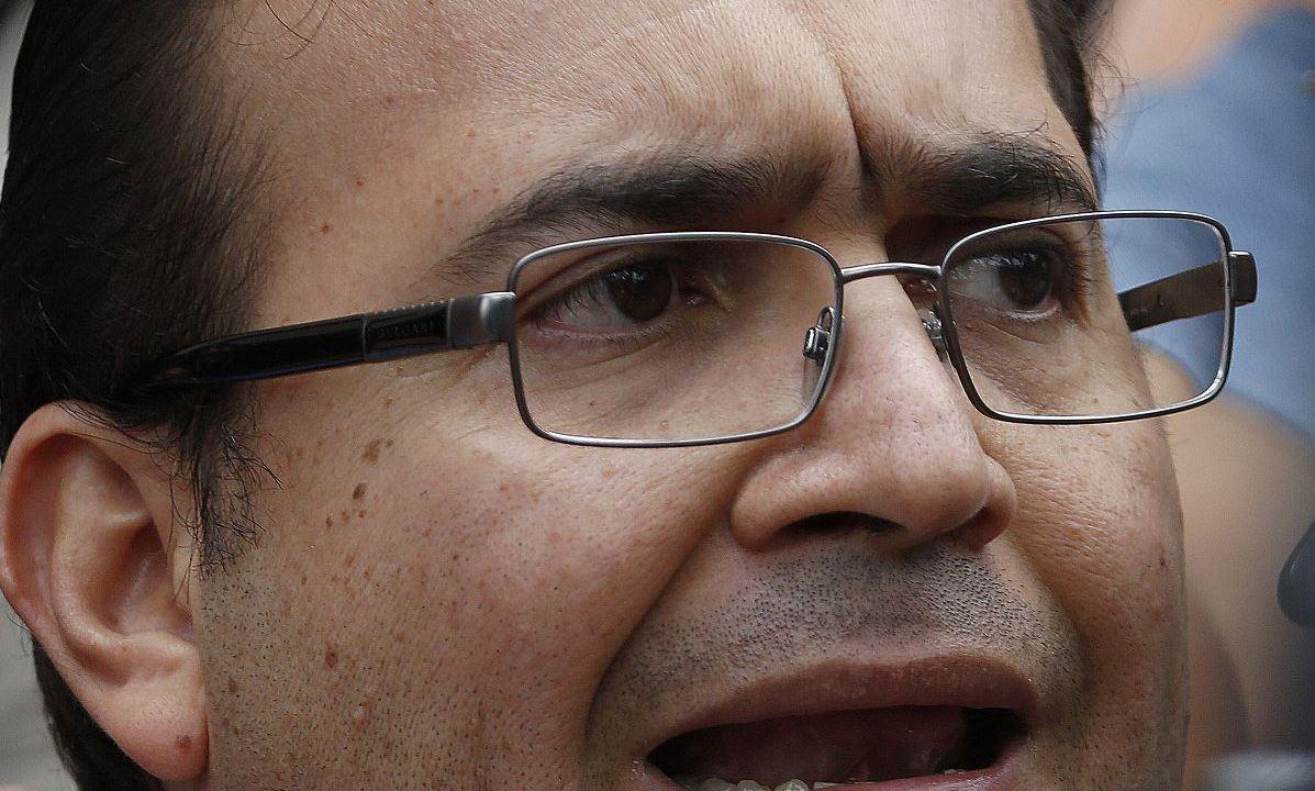 En varias ocasiones las autoridades detectaron que Javier Duarte intentó rentar aviones privados y pagarlos en efectivo para huir a distintas partes del mundo, pero, al parecer, no logró hacerlo. (AP, archivo)