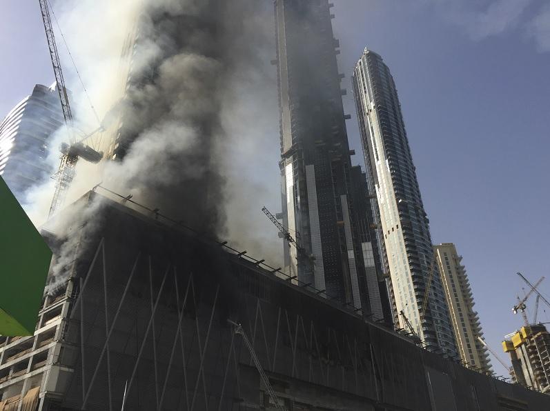 Un incendio en un sitio de construcción cerca del centro comercial más grande de Dubái, Emiratos Árabes Unidos (AP)