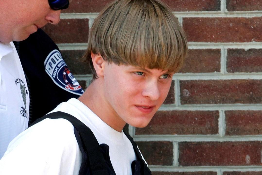 La policía conduce a Dylann Roof en el juzgado de Shelby, Carolina del Norte (Reuters)