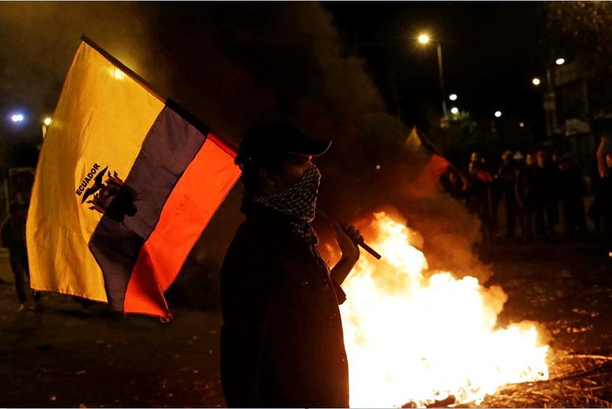 Manifestante protesta por los resultados de las elecciones presidenciales de Ecuador; Estados Unidos espera que las preocupaciones se resuelvan (Reuters)