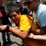 El diputado opositor venezolano José Manuel Olivares luego de ser alcanzado por los gases lacrimógenos. (Reuters)
