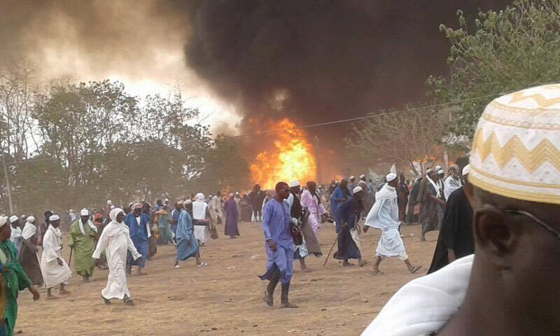 El incendio consumió varias carpas donde se refugiaban varias personas.