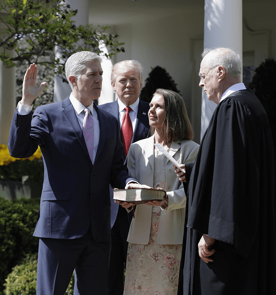 El juez Anthony Kennedy toma juramento a Gorsuch ante el presidente Trump en la Casa Blanca. (AP)
