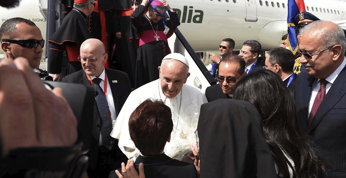 El papa Francisco desciende del avión en El Cairo.