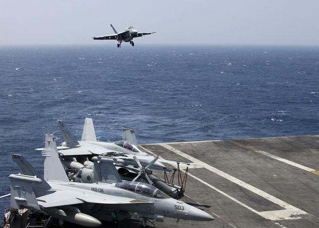 El piloto se expulsó del caza F-18 durante su aproximación final al portaaviones USS Carl Vinson.