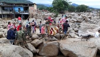 El presidente colombiano, Juan Manuel Santos, recorrió la zona afectada por el alud.