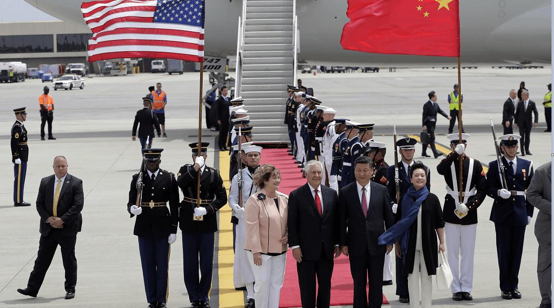 El presidente de China y su esposa fueron recibidos por el matrimonio Tillerson en el aeropuerto de Palm Beach, Florida. (AP)